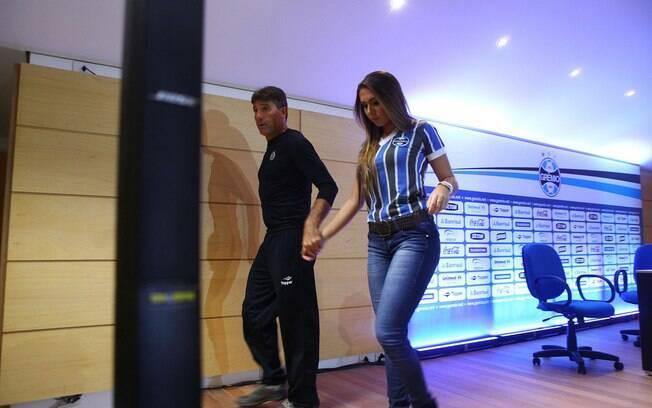 Depois do jogo, Carol acompanhou Renato  Gaúcho na coletiva de imprensa