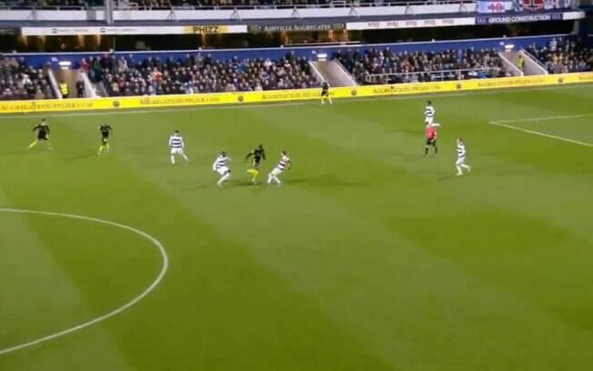 Joshua da Silva, do Brentford, aplica drible desconcertante em rivais do QPR