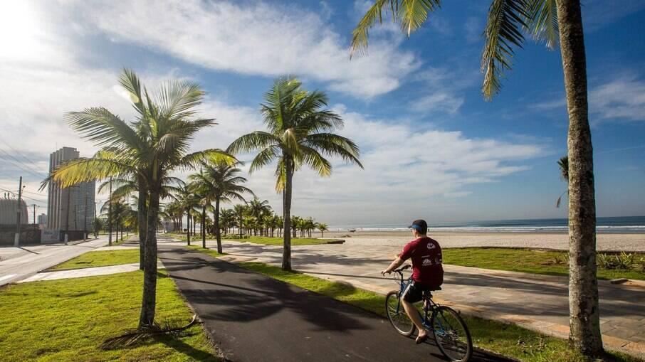 Andar em ciclovias é sempre uma boa opção para garantir segurança, como as que existem em Praia Grande, em SP