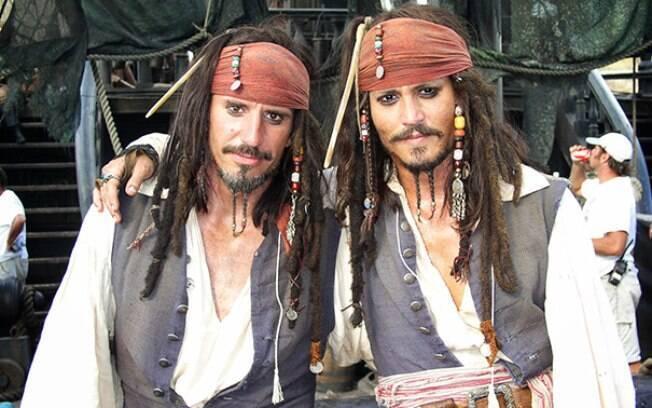 Johnny Depp com seu dublê Tony Angelotti nas filmagens de Piratas do Caribe