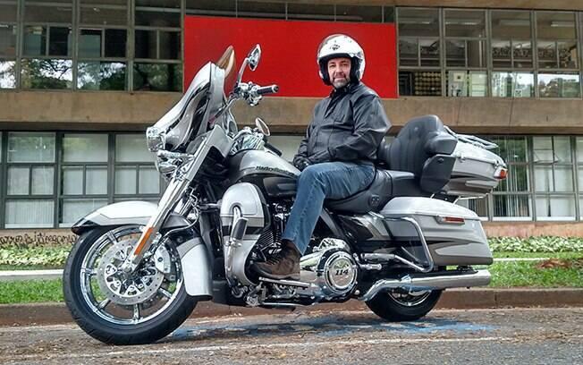 """A pintura com acabamento feito à mão e os cromados """"cromadíssimos"""" dão vida ao visual da Harley-Davidson CVO Limited"""