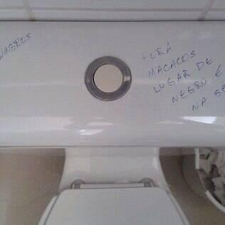 Banheiro feminino da USP Leste é pichado com frases racistas