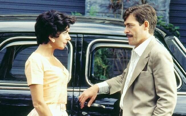 Glória (Betty Faria) se envolveu com o Major Dornelles (José de Abreu): ele era casado