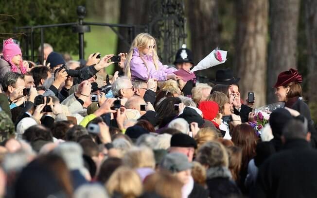 A multidão de pessoas tentam chegar perto de Kate Middleton