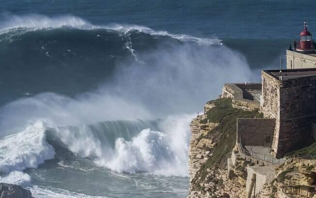 Uma das praias mais agitadas de Portugal, Nazaré é famosa por suas ondas gigantes, e atrai surfistas e atletas