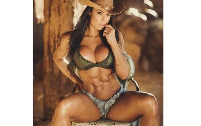 Gracyanne Barbosa volta a mostrar tanquinho em foto sensual no estilo country
