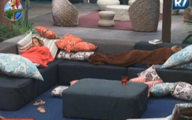 Valesca e Raquel dormem no sofá da varanda