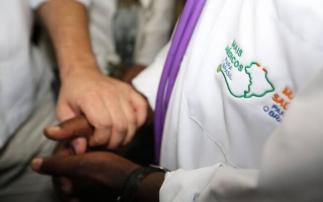 Para Bolsonaro, Mais Médicos destruiu famílias