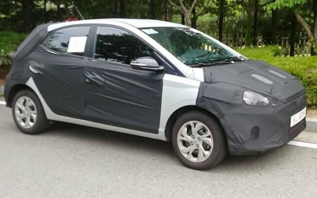 Hyundai HB20 da nova geração terá desenho mais arrojado cujas linhas ainda estão escondidas pelos disfarces