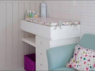 Neste quarto criado pela designer Alessandra Amaral, a escrivaninha virou um trocador para o bebê
