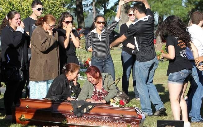 Parentes e amigos são vistos perto de caixão durante enterro de Tanise Cielo, vítima de incêndio em Santa Maria (28/1)