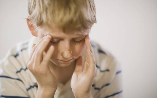 Dores de cabeça são comuns em crianças, interferindo com a escola e atividades do dia a dia