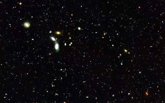 A matéria escura não emite radiação e não pode ser observada por telescópios