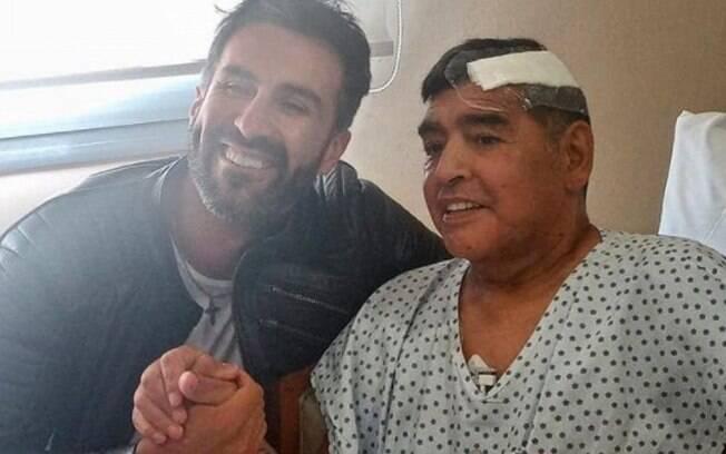 Primeira foto de Maradona após sair do hospital