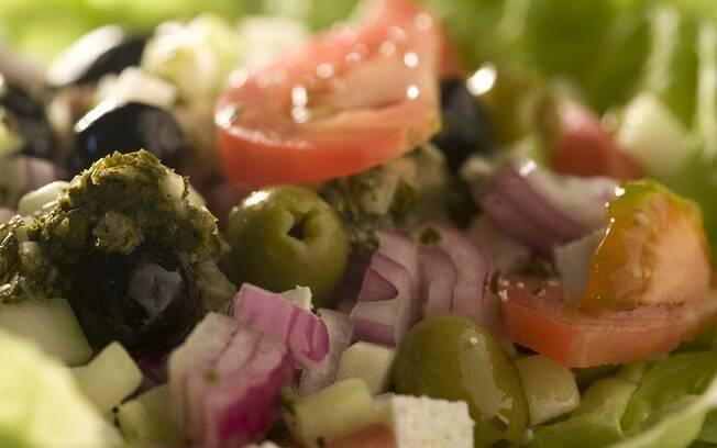 Ingredientes da salada grega espalhados, ilustrando a receita do prato.