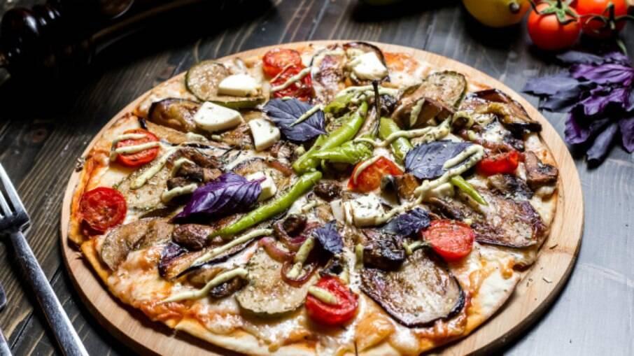 A pizza vegetariana é uma ótima companhia para a noite de sexta-feira