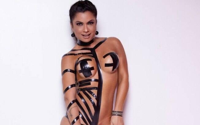 Dani Sperle usando fitas em ensaio sensual