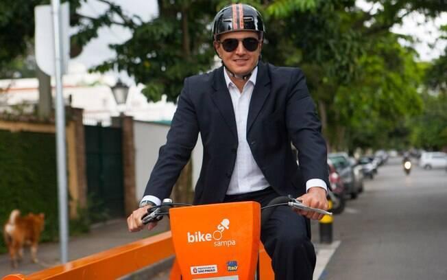 André Tomazori: bike própria no final de semana, bicicleta pública para o transporte cotidiano