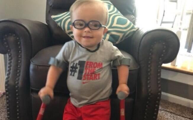 A força de vontade do garoto, que sofre com a espinha bífida, deixou muitas pessoas emocionadas e surpresas na internet