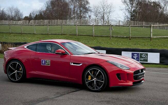 Príncipe Harry dirigiu o F-Type Coupé no Circuito de Goodwood, na Inglaterra