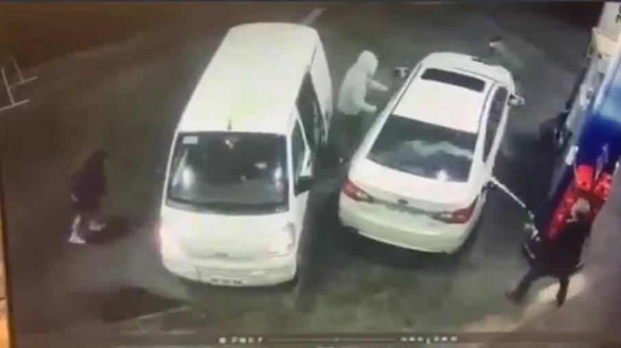 Ao se aproximar de carro para tentar roubá-lo, homem joga gasolina nos assaltantes