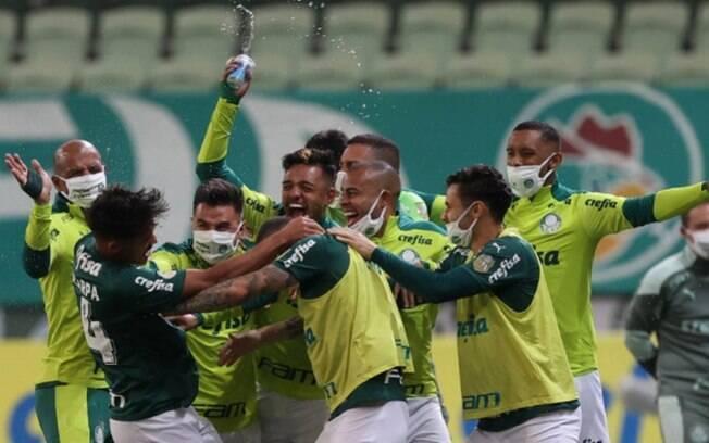 Em jogo elétrico, Palmeiras vira nos acréscimos e vence o Bahia pelo Brasileirão