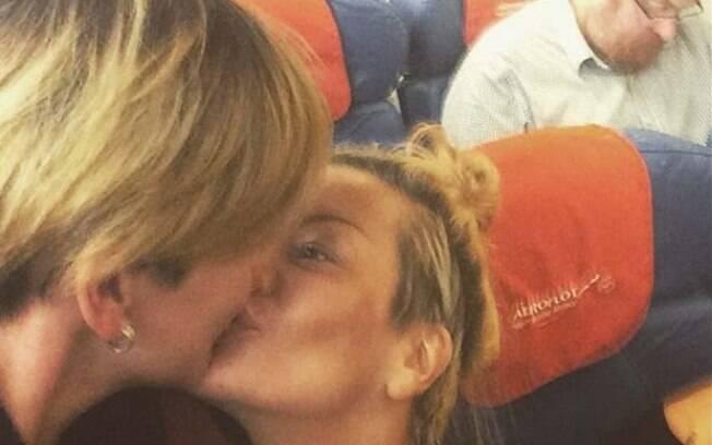Russas se beijam no voo em que se encontrava deputado antigay na Rússia