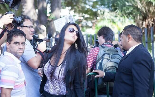 Mulher do ex-goleiro Bruno, Ingrid Calheiros após falar com imprensa na entrada do do Fórum de Contagem (MG)