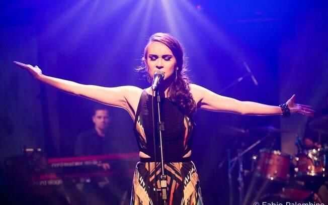 """No repertório do show, além das canções do seu álbum de estreia """"Lume"""", destaque também para grandes clássicos e sucessos da MPB na voz da cantora"""