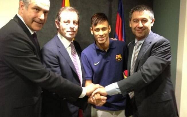 Neymar com o diretor de futebol Zubizarreta,  o presidente do Barcelona, Sandro Rosell, e o  procurador André Cury
