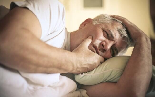 Segundo dentista e colunista do iG, o fato de estar deitado favorece o surgimento da dor de dente