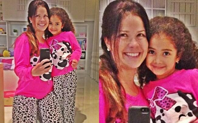 Samara Felippo e a filha Alice, com o mesmo pijama