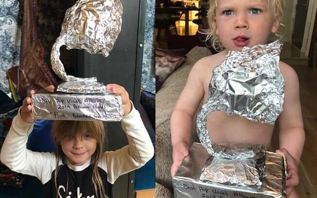 Filhos de Pink com Grammy de papel que fizeram para a cantora