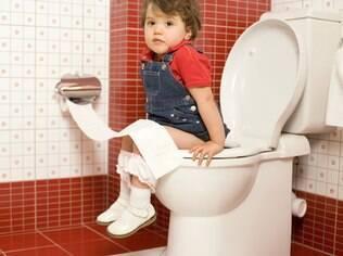"""Pais devem evitar apressar a criança para fazer xixi ou coco: """"Tem de ser um processo carinhoso, sem correria"""", recomenda pediatra"""