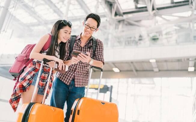 Confira com a companhia aérea se ela permite o uso de celulares dentro do avião