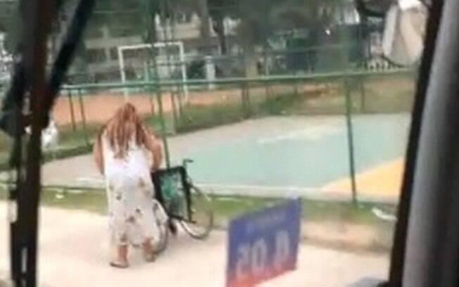 Mulher foi flagrada empurrando a cadeira de rodas momentos antes de chegar ao ponto