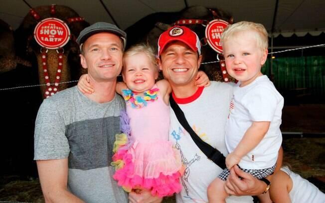 Harris e o marido com os filhos gêmeos Harper Grace e Gideon Scott