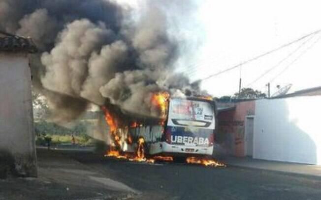 Em Uberaba, a fachada de um supermercado e a janela de um prédio do Ministério Público foram danificadas, além de ônibus