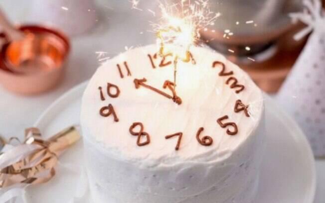 Bolos decorados com ponteiros e números, como um relógio, também vão chamar atenção na hora da sobremesa