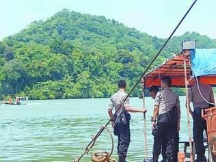 Uma balsa simples sai de Cilacap e leva os visitantes à ilha