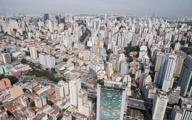 Vista aérea da cidade de São Paulo; ao centro, passando por baixo do Masp, a Avenida Nove de Julho