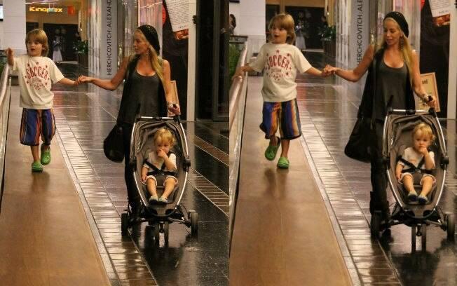 Danielle Winits passeia com os filhos, Noah e Guy, em shopping carioca nessa terça-feira (03)