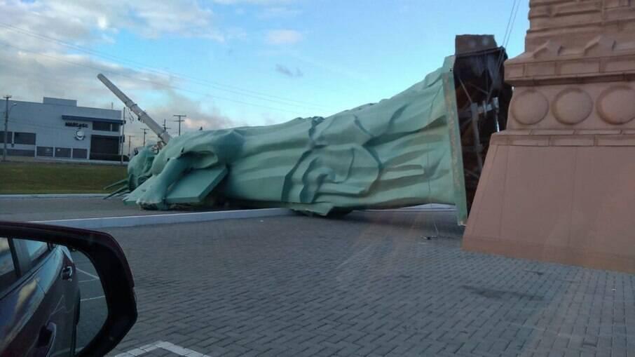 Estátua da Liberade da Havan desaba em rodovia