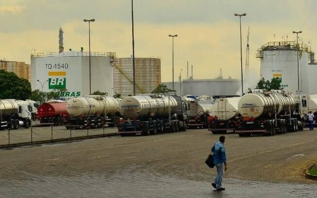 A alta do petróleo e a desvalorização do real frente ao dólar motivaram o reajuste no preço da gasolina nas refinarias