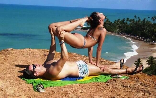 Carlos Henrique Arouca e Carla Arouca pratica acroyoga há três anos. Para quem já domina a técnica, é possível fazer as posturas em qualquer lugar, já que o instrumento apenas o corpo