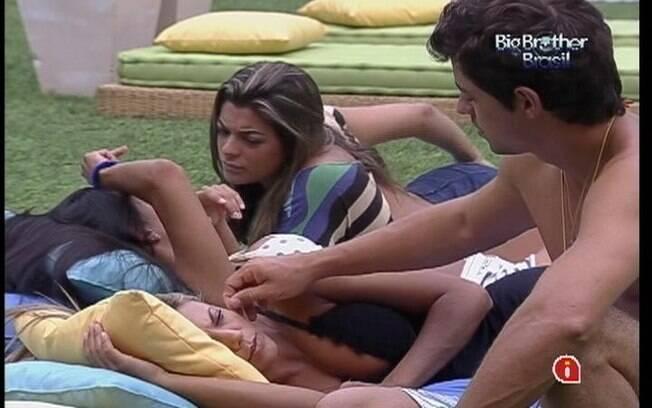 Fael conversa com Fabiana no futon