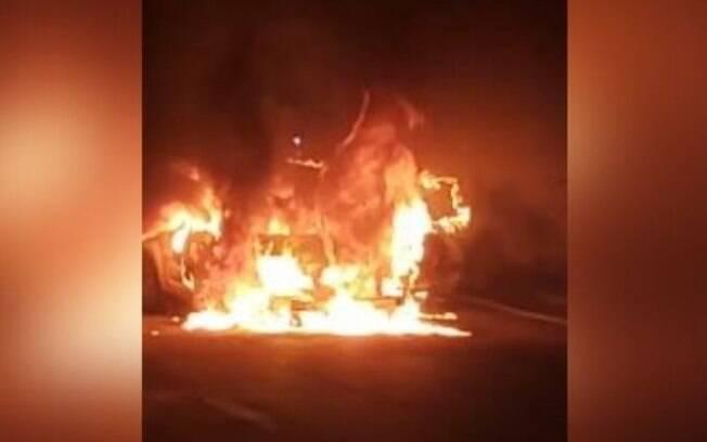 Carro pega fogo na Benjamin Constant, no Centro de Campinas
