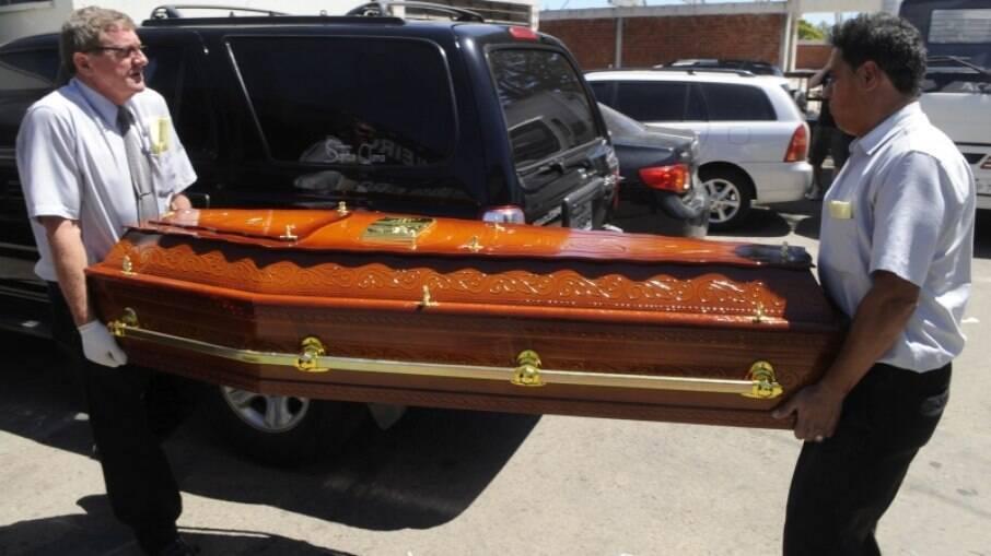 Setor funerário estima que estoque de caixões precisará quadruplicar no país