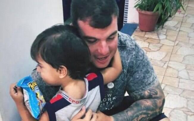 Policial morto no Rio de Janeiro mandou mensagem para o filho de três anos prometendo voltar pra casa pouco antes de ser assassinado
