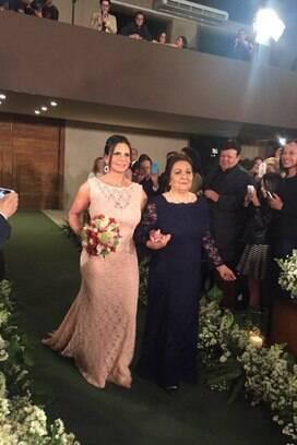 Gretchen entra na cerimônia com a mãe, Maria José. Foto: Repro/Twitter